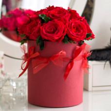 Алые стабилизированные розы в коробке