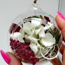 Цветы в елочной игрушке